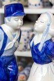 Handpainted Holenderskie delftu całowania pary postacie zdjęcie royalty free