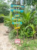 Handpainted znaki dla plażowego barpizza, karaibscy obrazy stock