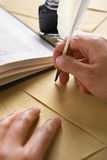handpennquill genom att använda writing Royaltyfri Bild