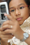 handphone κοριτσιών λίγη χρήση Στοκ φωτογραφίες με δικαίωμα ελεύθερης χρήσης