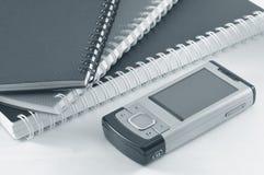 Handphone e blocchetti per appunti Fotografie Stock Libere da Diritti