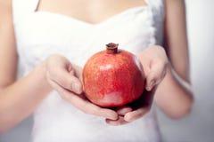 handpomegranate Royaltyfria Bilder