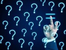 Handpresse-Antwortzeichen unter Fragenzeichen Stockfotos
