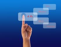 Handpressen botton auf blauem Bildschirm stockbild