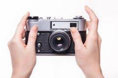 Handpressen der Fensterladen in der klassischen Kamera Lizenzfreie Stockfotos