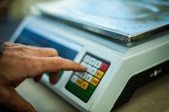 Handpressen die Balancenknöpfe stockfotos