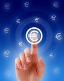 Handpressen eine Eurotaste. Lizenzfreies Stockbild