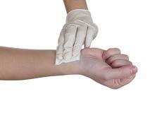 Handpressengaze auf Arm, nachdem eine Einspritzung verabreicht worden ist. Lizenzfreies Stockfoto