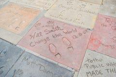Handprint和SignatureTCL中国剧院是在好莱坞星光大道的一个戏院在洛杉矶 库存图片