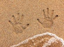Handprint στην άμμο που πλένεται μακριά Στοκ εικόνες με δικαίωμα ελεύθερης χρήσης