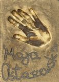 Handprint известной польской актрисы Maja Ostaszewska сделало в латунной плите стоковые фото