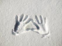 Handprint auf Schnee Impressumhände auf Schnee stockfotos
