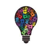 Handprint coloré dans la forme d'ampoule, symbole de concept de pensée Photos libres de droits