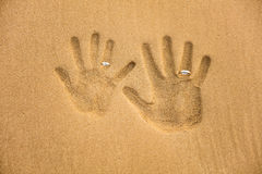 Handprint d'amour avec l'anneau de mariage Photographie stock libre de droits