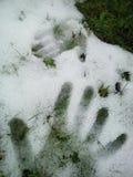 handprint grande y pequeño en la nieve Imágenes de archivo libres de regalías