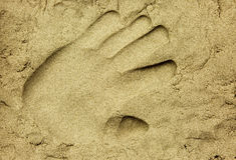 Handprint im nassen Sand Lizenzfreies Stockbild