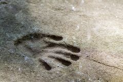 Handprint mémorable d'une main dans un vieux mur en béton photo stock
