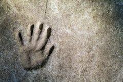 Handprint mémorable d'une main dans un vieux mur en béton images stock