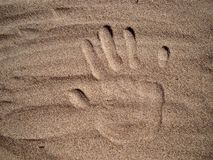 Handprint na areia Foto de Stock Royalty Free