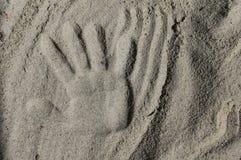 Handprint nella sabbia immagini stock libere da diritti