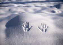 Handprint på snö Avtryckhänder på snö royaltyfria foton