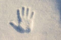 Handprint sur le blanc avec une tonalité bleue de neige avec un hiver d ensoleillé Image libre de droits