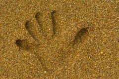 Handprint sur le sable sur le bord de la mer photo stock