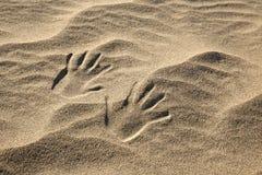 Handprints в песке Стоковые Изображения RF