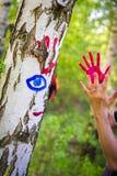 Handprints colorés sur un arbre de bouleau image libre de droits