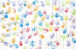 Handprints coloridos em uma parede imagem de stock