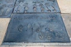 Handprints de Michael Jackson en Hollywood Boulevard delante del teatro chino - Los Ángeles California, los E.E.U.U. imagenes de archivo