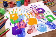Handprints del niño y equipo del arte, escritorio de la escuela, sala de clase Foto de archivo libre de regalías