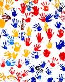 Handprints der Kinder im Lack auf einer Wand Stockbild