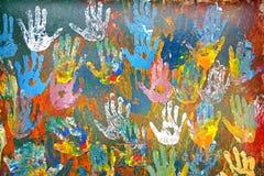 Handprints gjorde av mångfärgade oljemålarfärger Arkivbild