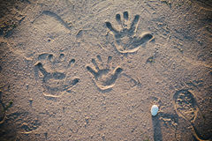 Handprints im Sand Stockfoto