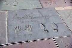 Handprints på jordning i cement av Arnold Schwarzenegger fotografering för bildbyråer
