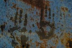 Handprints sul vecchio recinto arrugginito Immagine Stock Libera da Diritti