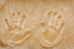 Handprints sur le sable jaune de plage, vue supérieure Photo libre de droits