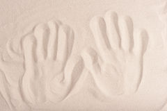 Handprints sur le sable sec fin image libre de droits