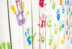 Handprints variopinti sulla parete da un angolo Fotografia Stock Libera da Diritti