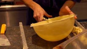 Handproductie van een witte chocoladebal stock video