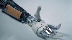 Handprothese auf einer Tabelle Wirkliche Roboterhand stock video