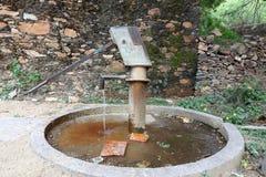 Handpump som ska dras under jordvatten i Indien Arkivfoton