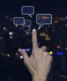 Handpunkt till det sociala pratstundtecknet och anförande bubblar över suddighetsligh Arkivfoton