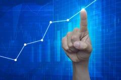 Handpunt aan grafiek op financiële en bedrijfsgrafiek en grafieken Royalty-vrije Stock Foto's
