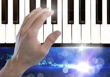 Handrührende Klavierschlüssel mit funkelnden Lichtern Lizenzfreie Stockfotografie