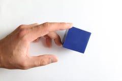 Handrührender kleiner blauer Würfel Lizenzfreies Stockbild