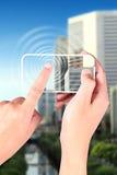 Handrührendes smartphone Stockbilder