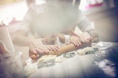 Handreichung in der Küche lizenzfreies stockfoto