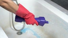 Handreinigungsbadewanne mit Reinigungsmittel stock video